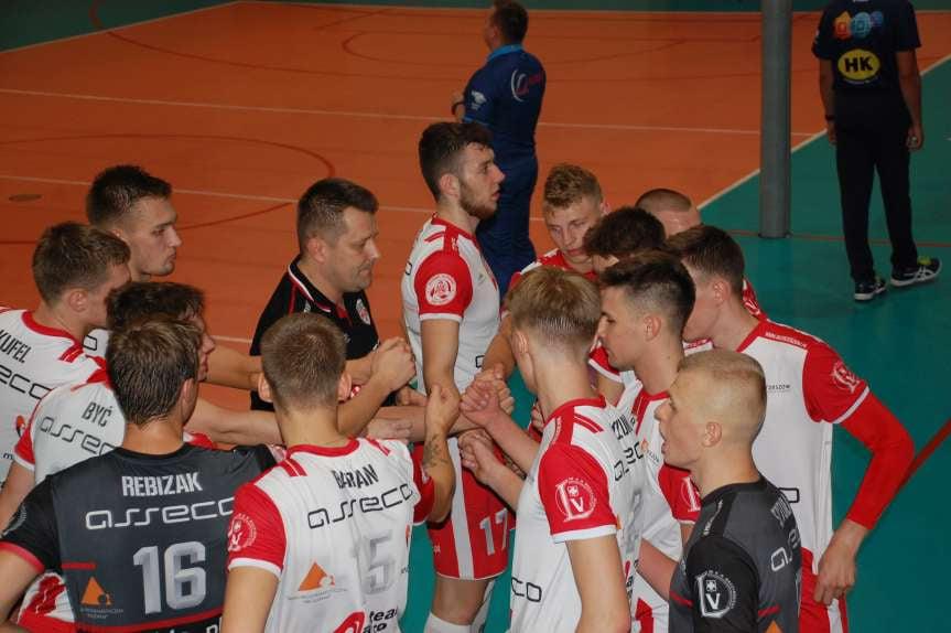 Siatkówka. II liga mężczyzn. MKS MOSiR Jasło - AKS V LO Rzeszów 3-0